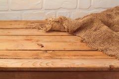 Пустой деревянный стол с дерюгой Предпосылка кухни стоковые изображения