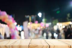 Пустой деревянный стол с предпосылкой нерезкости стоковые изображения rf