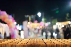 Пустой деревянный стол с предпосылкой нерезкости Стоковые Фото