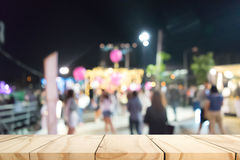 Пустой деревянный стол с предпосылкой нерезкости Стоковое фото RF
