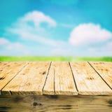 Пустой деревянный стол outdoors, в сельской местности Стоковые Изображения