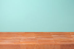 Пустой деревянный счетчик кухни над предпосылкой стены мяты для монтажа продукта стоковые фото