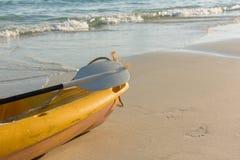 Пустой желтый каяк на пляже Стоковая Фотография RF