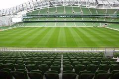 пустой зеленый стадион мест рядков Стоковое Фото