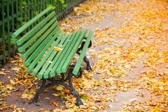 Пустой зеленый стенд в осеннем парке Стоковые Фото