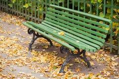 Пустой зеленый стенд в осеннем парке Стоковое Изображение RF
