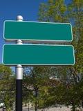 Пустой зеленый цвет подписывает внутри город Стоковое Изображение RF