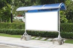 Пустой знак автобусной остановки и красивый сад Стоковое Изображение RF