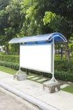 Пустой знак автобусной остановки и красивый сад Стоковое фото RF