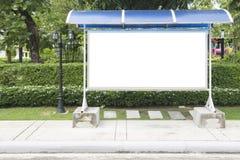 Пустой знак автобусной остановки и красивый сад Стоковые Изображения