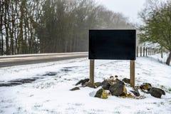 Пустой знак знамени дороги черноты космоса на дороге зимы снежной великобританской Стоковая Фотография RF