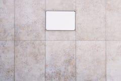 Пустой знак на мраморизованной предпосылке каменной стены Стоковое Изображение