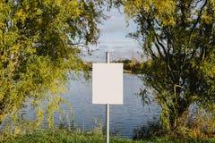 Пустой знак на озере Пустой космос для текста, космос экземпляра Стоковое Изображение RF