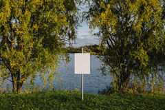 Пустой знак на озере Пустой космос для текста, космос экземпляра Стоковые Фотографии RF