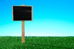 Пустой знак на траве Стоковое Фото