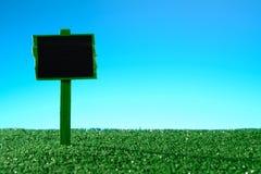 Пустой знак на траве Стоковое Изображение RF