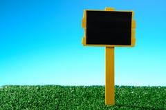 Пустой знак на траве Стоковое Изображение