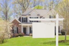 Пустой знак недвижимости перед новым домом Стоковое Изображение