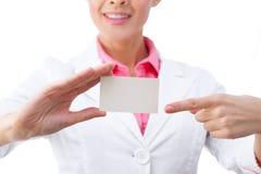 пустой знак удерживания карточки коммерсантки дела Стоковая Фотография RF