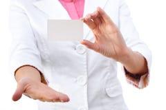пустой знак удерживания карточки коммерсантки дела Стоковое Фото