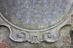 Пустой знак цемента на каменной стене Стоковое Изображение