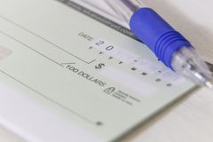 Пустой именной чек с ручкой Стоковые Изображения