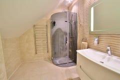 Пустой интерьер живущей комнаты в роскошном доме с французскими окнами и камином Панорамный вид от вверх прихожей стоковое изображение rf