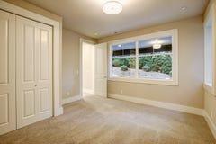 Пустой интерьер комнаты в доме нового строительства Стоковые Фото