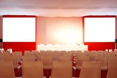Пустой интерьер конференц-зала Интерьер конференц-зала красный 2 экрана для представлений Стоковое Фото