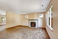 Пустой интерьер дома Яркая живущая комната цвета слоновой кости с камином Стоковая Фотография
