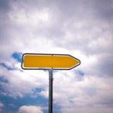 Пустой дирекционный дорожный знак с указывать стрелка 8 Стоковые Фотографии RF