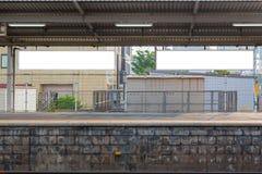 Пустой дисплей шаблона светлой коробки афиши в станции стоковая фотография rf