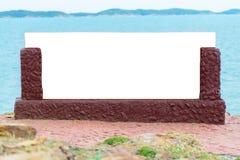 Пустой каменный знак около моря - смогите быть использовано для дисплея или монтажа ваши продукты стоковые фото