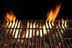 Пустой конец гриля огня барбекю вверх, изолированный на черной предпосылке Стоковые Фото