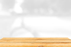 Пустой коричневый деревянный стол и внутренняя предпосылка нерезкости с bokeh отображают, для монтажа дисплея продукта Стоковые Изображения RF