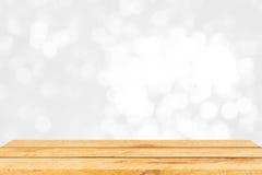 Пустой коричневый деревянный стол и внутренняя предпосылка нерезкости с bokeh отображают, для монтажа дисплея продукта Стоковое Изображение