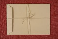 Пустой коричневый старый конверт бумаги ремесла на текстурированной предпосылке с стоковая фотография rf