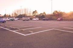 Пустой космос места для стоянки автомобиля на общественном парке с солнечным светом в утре Стоковые Изображения RF