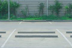 Пустой космос места для стоянки автомобиля с зеленым кустом на заднем плане на общественном парке Стоковая Фотография
