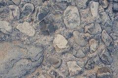 Пустой космос песчаный пляж больших камней Стоковые Фото