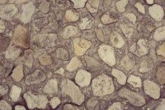 Пустой космос песчаный пляж больших камней Стоковая Фотография