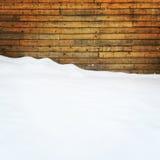 Пустой космос покрытый снегом около деревянной стены Стоковое фото RF