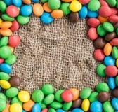 Пустой космос для текста в рамке покрашенных конфет тканье шарфа предпосылки связанное крупным планом яркое Стоковые Фото