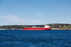 Пустой красный фрахтовщик на открытом море Стоковая Фотография