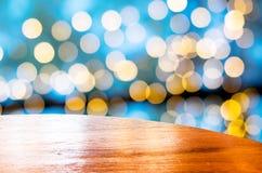 Пустой круглый стол с голубой предпосылкой нерезкости bokeh, насмешкой шаблона Стоковое фото RF