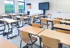 Пустой класс с таблицами и стульями Стоковые Фото