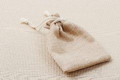 Пустой мешочек из ткани на гофрированной бумаге Стоковые Фото