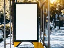 Пустой модель-макет указателя места заполнения афиши внутри автобусной остановки стоковые фото