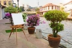 Пустой мольберт для красить изображение красивого городского пейзажа Стоковая Фотография