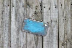 Пустой несенный голубой знак с смертной казнью через повешение сердца на деревянной загородке Стоковое Фото